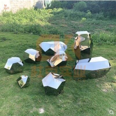 不锈钢镜面石头雕塑