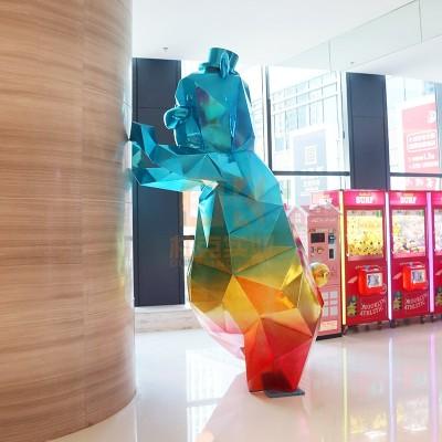 玻璃钢商场切面彩虹熊雕塑