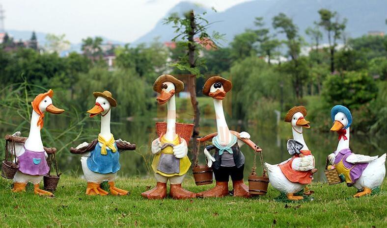 玻璃钢卡通鸭子雕塑,融于自然的雕塑!
