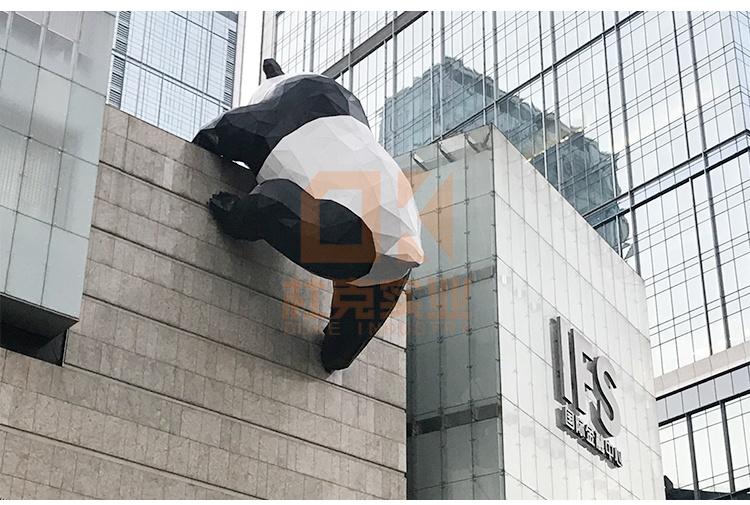 大型玻璃钢熊猫爬墙雕塑