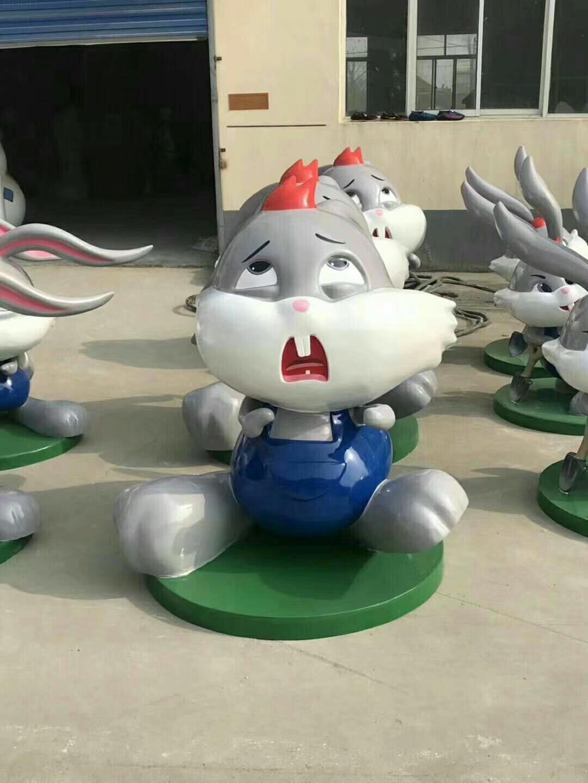 幼儿园、学校区域雕塑装饰,都喜欢用玻璃钢兔子雕塑!