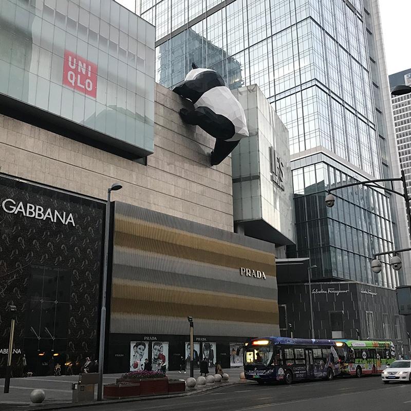 爬墙熊猫玻璃钢雕塑,为什么这么受欢迎?