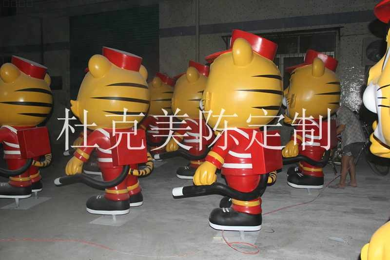 玻璃钢卡通老虎雕塑消防员景观摆件